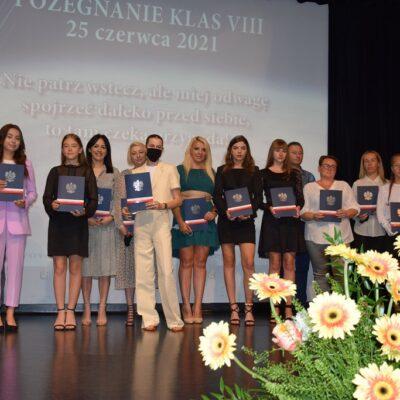 Absolwenci oraz ich rodzice podczas wręczenia listów pochwalnych i gratulacyjnych