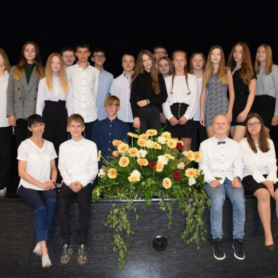 Uczniowie klasy 8b wraz z wychowawczyniami