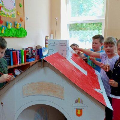 Dzieci malują malowankę przestrzenną