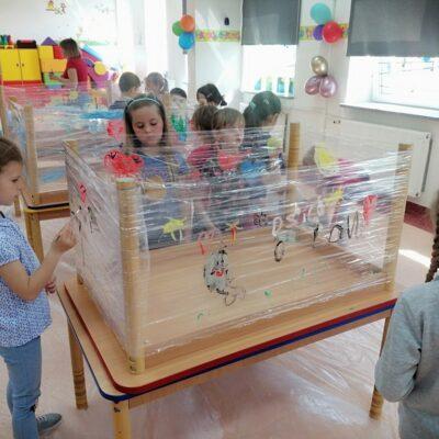 Dzieci podczas malowania na folii