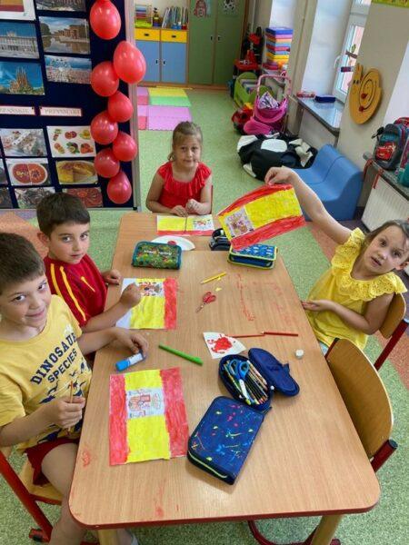 Dzieci podczas tworzenia pracy plastycznej flaga Hiszpanii