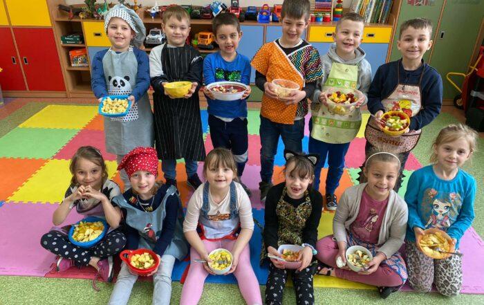 Dzieci z oddziału 0a z sałatkami owocowymi
