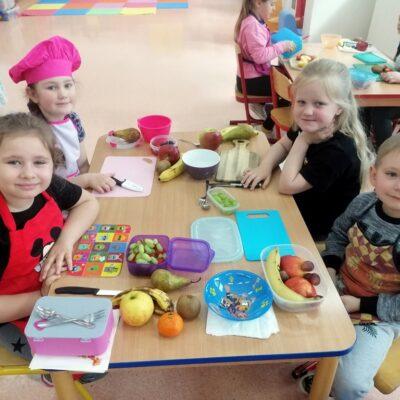 Dzieci z oddziału 0b z sałatkami owocowymi