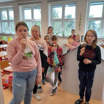 Dzieci jedzą lody