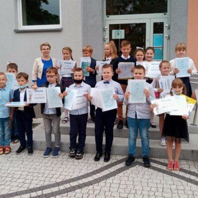 Uczniowie klasy 1b z wychowawczynią