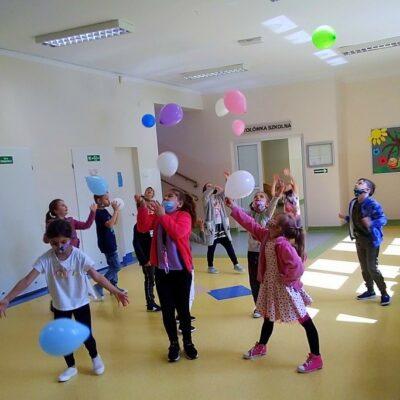 Uczniowie podczas zabawy balonami