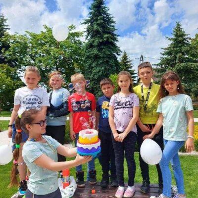 Uczniowie podczas zabawy z okazji Dnia Dziecka