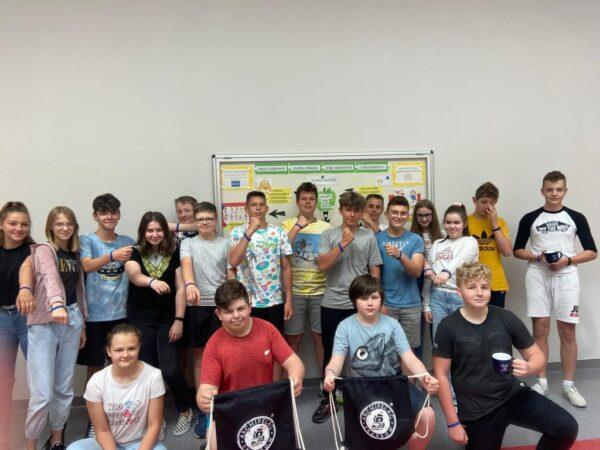 Uczniowie prezentują gadżety z Archipelagu Skarbów