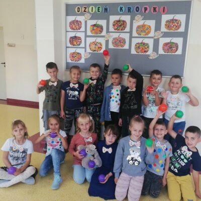 Uczniowie klasy I prezentują swoje kropkowe prace.
