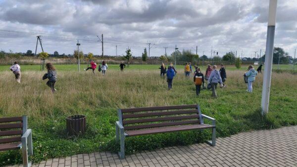 Uczniowie podczas sprzątania terenu wokół szkoły