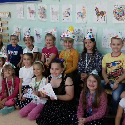 Uczniowie prezentują swoje kropkowe prace.