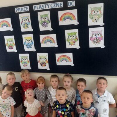 Uczniowie oddziału przedszkolnego prezentują swoje kropkowe prace.