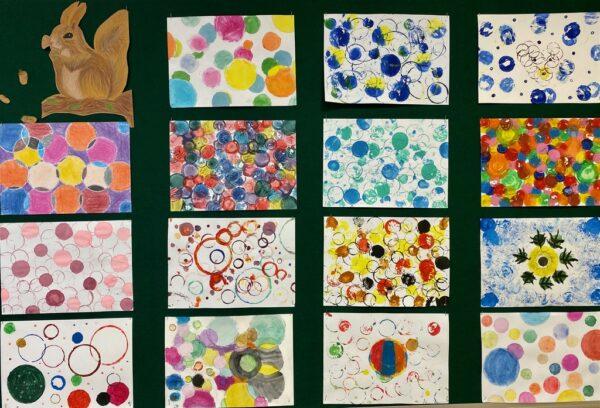 Prace stworzone przez uczniów klas 4-6 na plastyce w ramach Dnia Kropki