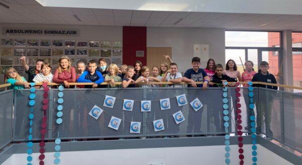 Uczniowie z banerem Dnia Kropki