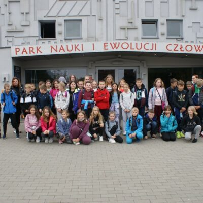 Uczniowie przed wejściem do Parku Nauki i Ewolucji Człowieka