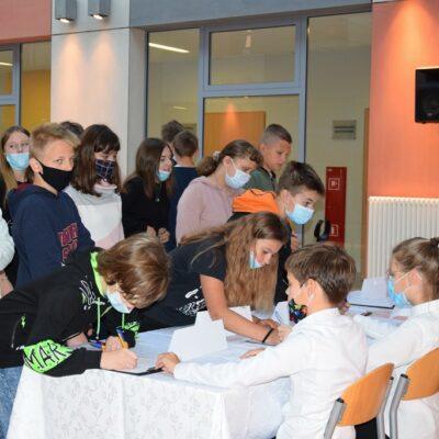 Uczniowie podczas pobierania kart wyborczych