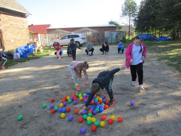 Uczniowie i rodzice podczas zabaw na pikniku klasowym