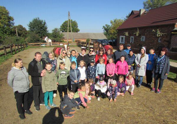 Uczniowie i rodzice wraz z wychowawcą na pikniku klasowym