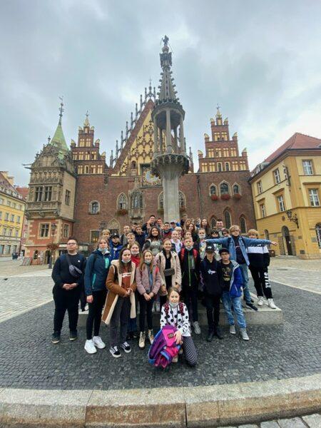Uczniowie klas siódmych na rynku we Wrocławiu