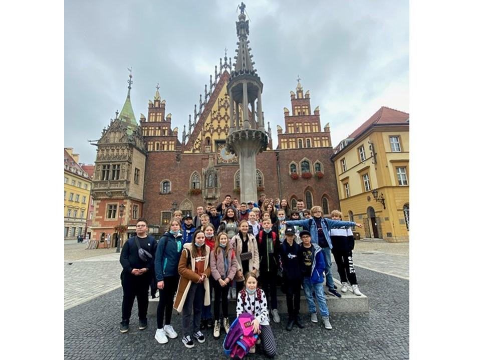 Uczniowie klas siódmych na wrocławskim rynku
