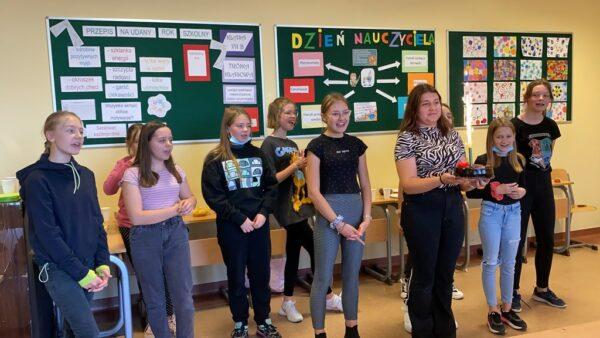 Dziewczęta z klasy 7b składają życzenia swoim kolegom